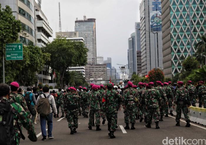 Pasukan Marinir TNI AL kerap mengamankan demonstrasi di Jakarta secara efektif tanpa kekerasan. Berikut adalah catatan kemesraan pasukan baret ungu dan demonstran.