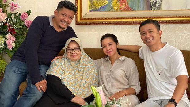 Eks Menkes Siti Fadilah berkumpul dengan keluarga usai keluar dari penjara