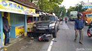 Kurang Konsentrasi, Ford Ranger Tabrak Warung dan 2 Motor di Jombang