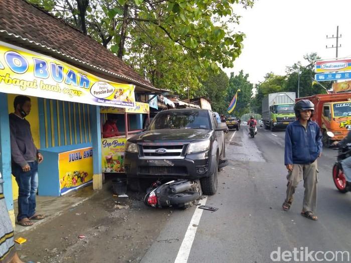 Ford Ranger Tabrak Warung dan 2 Motor di Jombang