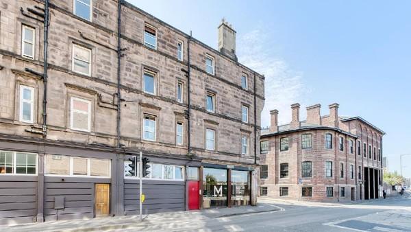 Bergeser ke kotanya, Fountainbridge merupakan sebuah area industri di Edinburgh. Mungkin tak jauh beda dengan Bekasi atau Karawang yang menunjang perekonomian Jakarta (Airbnb)