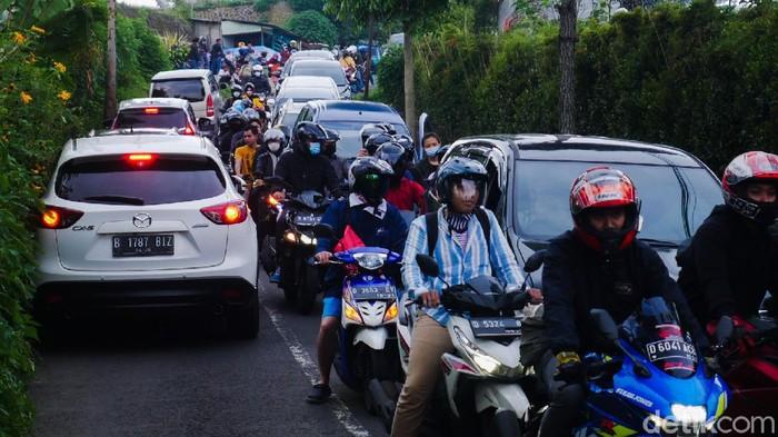 Sejumlah kendaraan roda dua maupun roda empat bertumbangan saat melintasi jalur alternatif melalui Jalan Punclut menuju kawasan wisata Lembang dari arah Bandung.