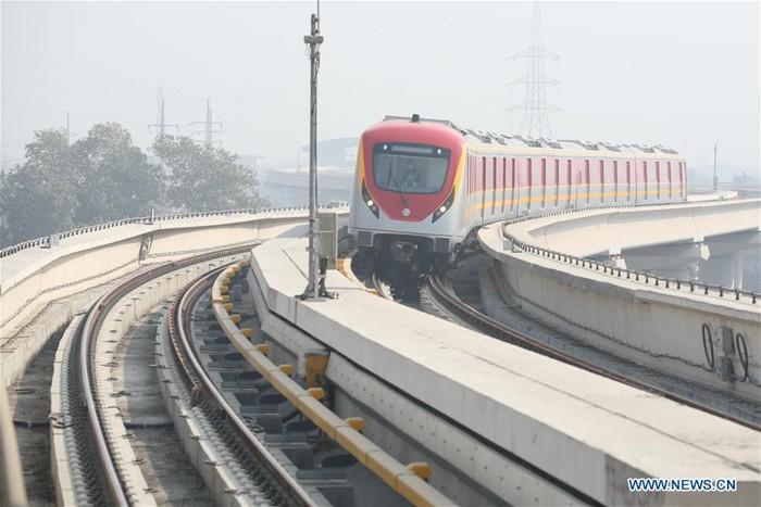 Layanan kereta metro pertama Pakistan di Jalur Oranye
