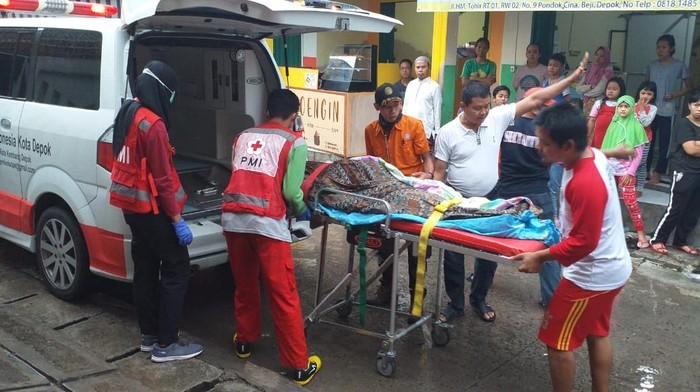 Petugas evakuasi korban tenggelam di Sungai Ciliwung kawasan Beji, Depok (dok istimewa)