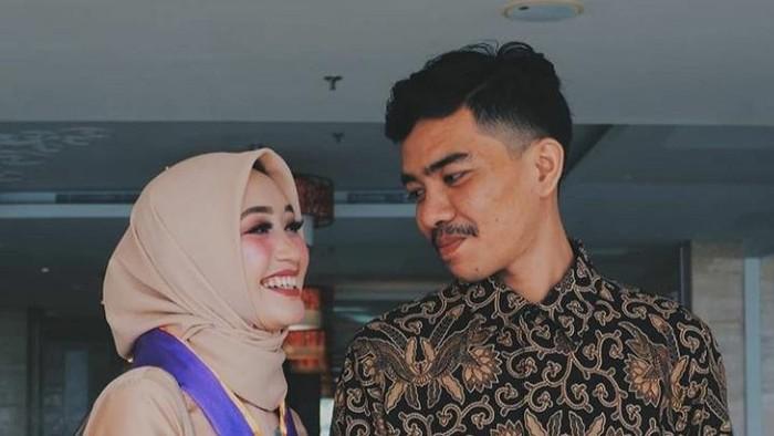 Pasangan suami istri (pasutri) di Sulawesi Selatan (Sulsel), Al Qadri Daeng Kasang dan Kartini Daeng Bunga, viral di media sosial setelah kisah cinta keduanya dipisahkan oleh maut.