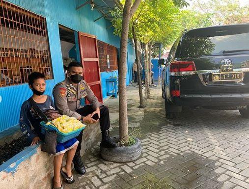Momen Kapolda Sulsel Traktir Bocah Penjual Asinan yang Cari Uang Sekolah