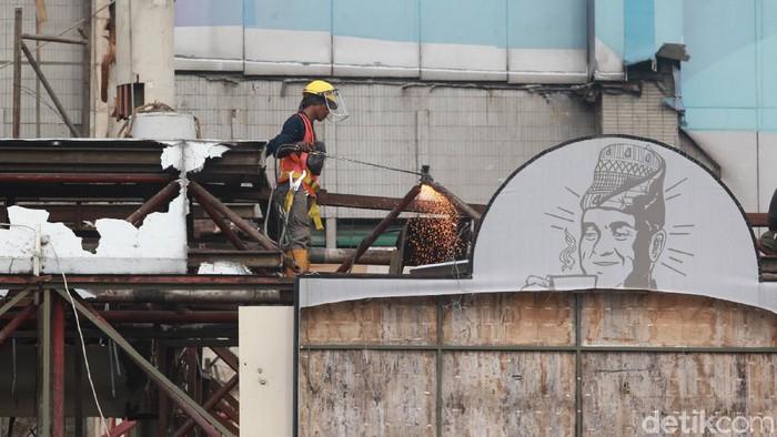 Petugas melakukan proses pemugaran pusat perbelanjaan Sarinah di Jakarta, Sabtu (31/10/2020). Sarinah merupakan pusat perbelanjaan (Mal) pertama di Indonesia.