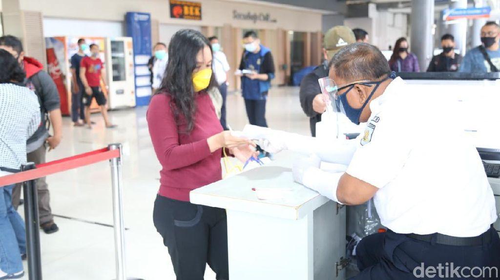 PT KAI Daop 8 Bagikan Face Shield Gratis ke Penumpang Selama Pandemi