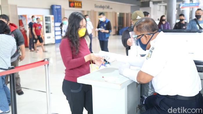 Selama pandemi COVID-19, PT KAI Daop 8 Surabaya membagikan face shield gratis kepada penumpang. Itu agar protokol kesehatan diterapkan dengan ketat.