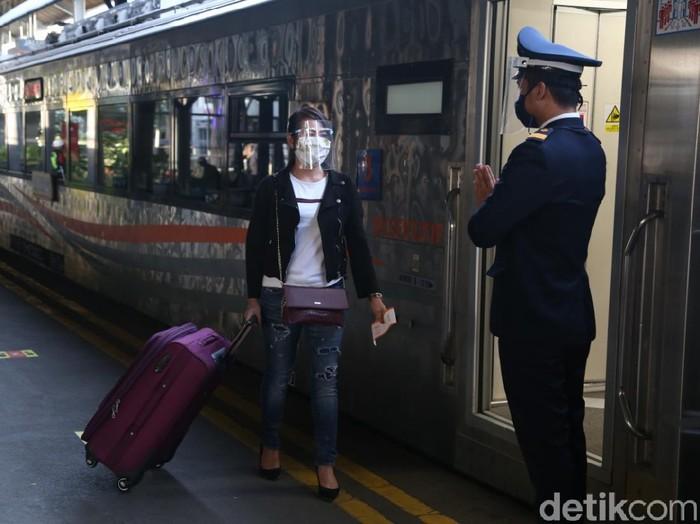 Hingga hari keempat libur panjang, PT KAI Daop 8 Surabaya mencatat ada 59.315 penumpang yang naik, dan 55.668 yang turun. Jumlah tersebut naik jika dibandingkan dengan pekan sebelumnya yang hanya 10.000 penumpang per hari.