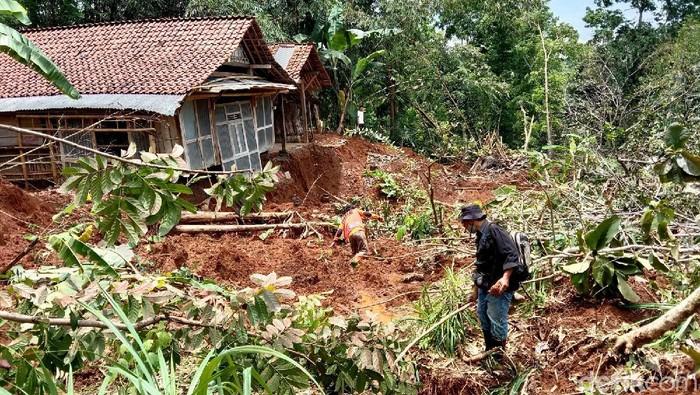 Tanah bergerak dan ambles 3 meter di Kebumen