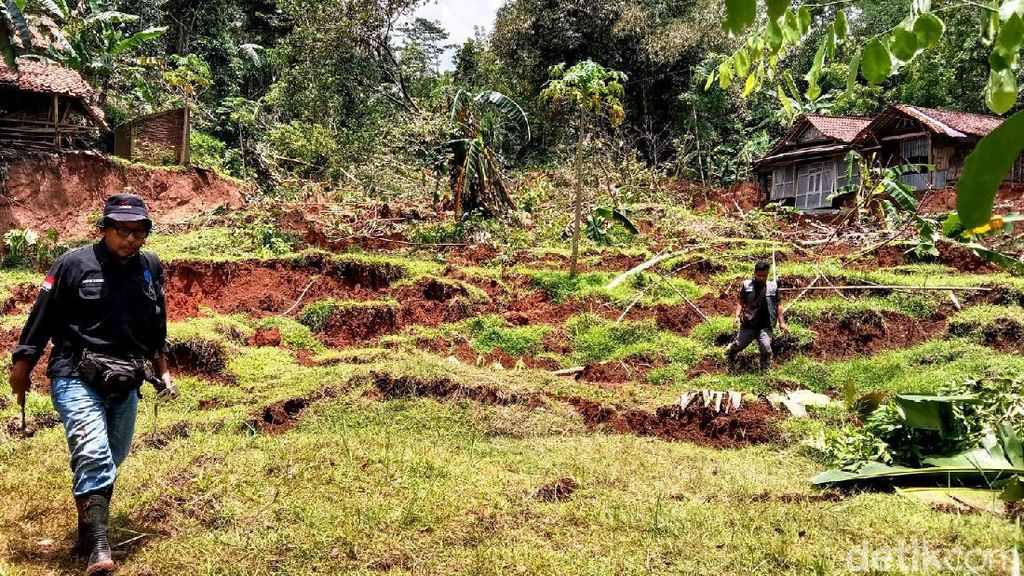 Video Fenomena Tanah Bergerak dan Ambles hingga 3 Meter di Kebumen
