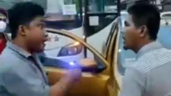 Tangkapan layar video adu mulut sopir bus vs mobil pribadi di Bekasi.