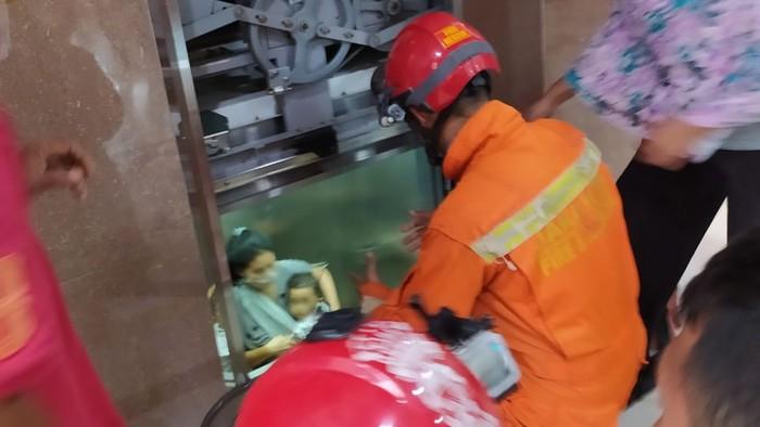 Tiga orang terjebak di dalam lift di Kebayoran Lama, Jaksel