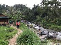 Selain pemandangan yang memanjakan mata, trekking di Sentul juga bisa sedikit memacu adrenalin. Ada banyak pilihan paket trekking yang bisa dipilih pengunjung.