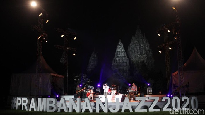 Aksi panggung Fourtwnty saat tampil di Prambanan Jazz 2020 di komplek Candi Prambanan, Sleman, Yogyakarta, Sabtu (31/10/2020). Prambanan Jazz Virtual Festival kali ini dilaksanakan secara daring untuk mencegah penyebaran COVID-19.