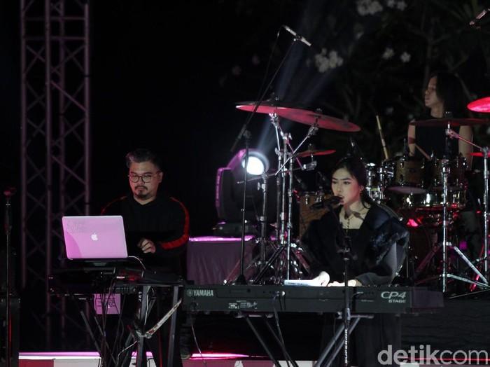 Aksi panggung Isyana Sarasvati saat tampil di Prambanan Jazz Festival 2020 di komplek Candi Prambanan, Sleman, Yogyakarta, Sabtu (31/10/2020). Prambanan Jazz Festival kali ini dilangsungkan secara daring untuk mencegah penyebaran COVID-19.