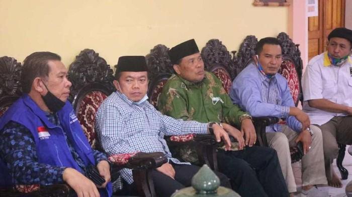 Anggota dewan Jambi saat bersama Cagub Jambi Al Haris saat safari politik