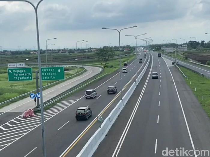 Arus lalu lintas di Tol Pejagan-Pemalang, Minggu (1/11/2020).