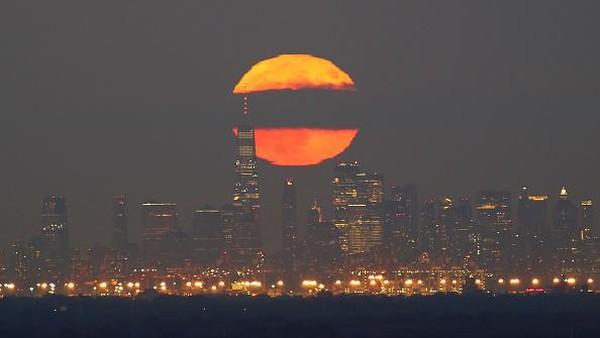 Melansir dari berbagai sumber, saat itu bulan akan terbit ketika matahari terbenam dan sebaliknya, bulan akan terbenam saat matahari terbit, sehingga keindahannya bisa dilihat sepanjang malam. (Corbis via Getty Images/Gary Hershorn)