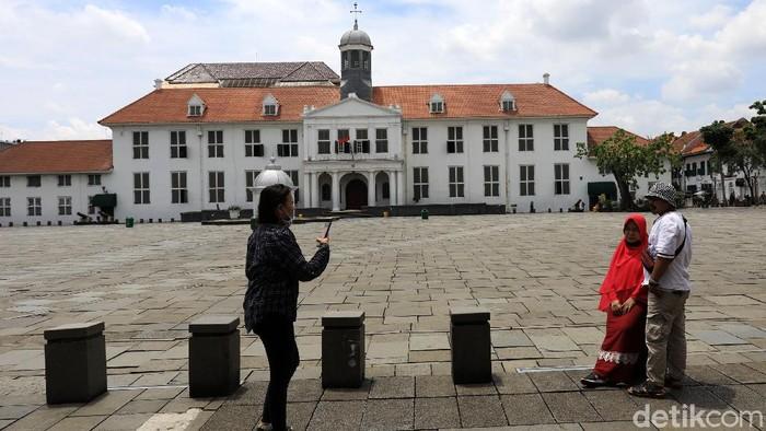Warga memanfaatkan momen hari terakhir libur panjang dengan berekreasi ke Kota Tua, Jakarta, Minggu (1/11/2020). Bahkan pengunjung yang datang melonjak dari hari pertama libur panjang.