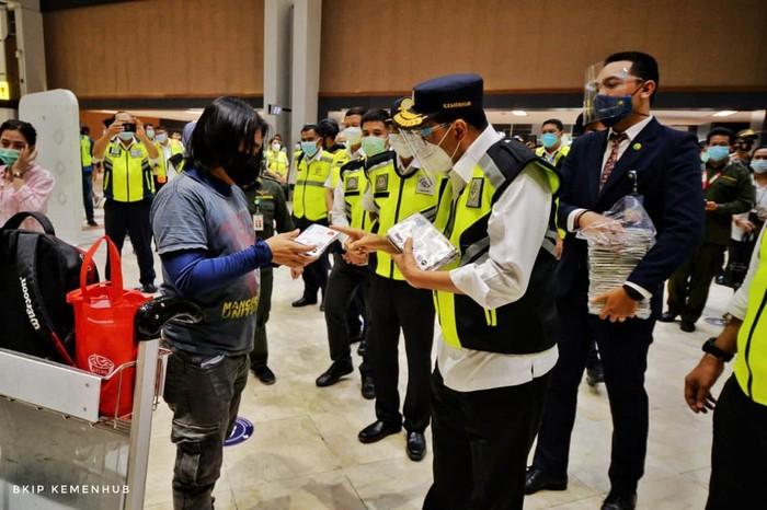 Menteri Perhubungan Budi Karya Sumadi meninjau Pelabuhan Bakauheni, Lampung dan Bandara Soekarno Hatta, Tangerang.