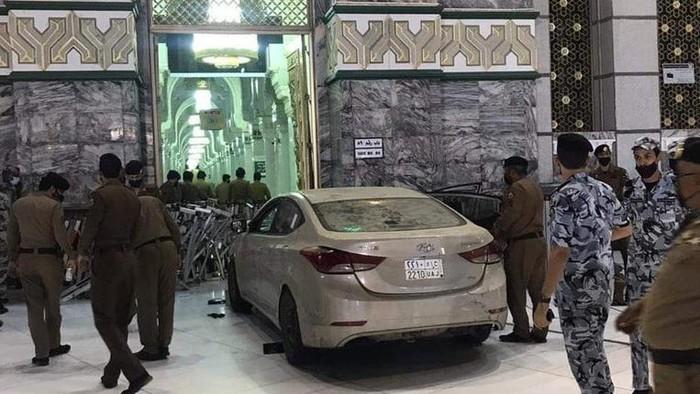 Mobil tabrak gerbang Masjidil Haram
