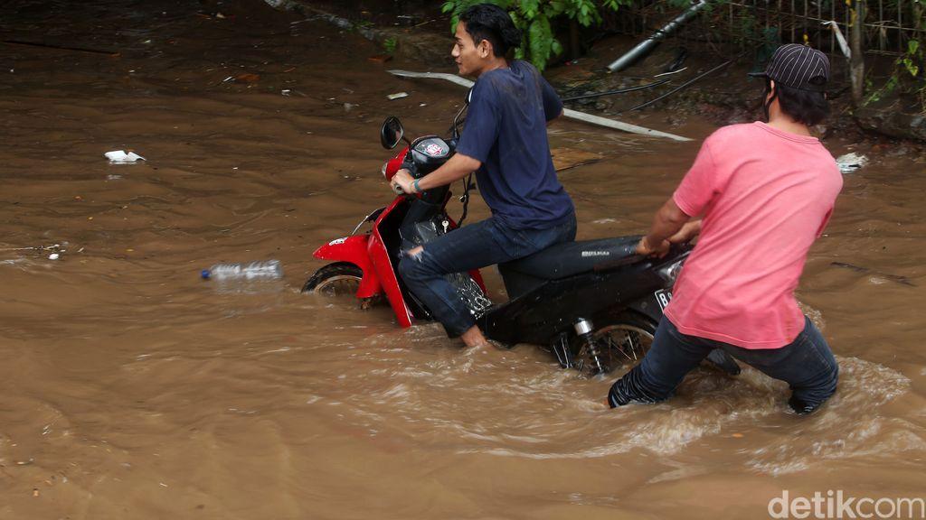 Kolong tol JORR, Bekasi, terendam banjir siang ini. Sejumlah kendaraan bermotor mogok akibat menerobos banjir.