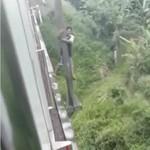 Duh! Pemotor Nemplok di Tiang, Gegara Nekat Terobos Jembatan Perlintasan Rel Kereta