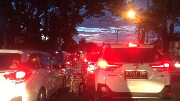 Kondisi lalin dari Puncak ke Jakarta sekitar pukul 18.04 WIB, Minggu (1/11/2020).