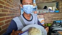 Di sekitar Telaga Ngebel, ada warung ketan yang terkenal. Pemiliknya mantan asisten chef di Singapura bernama Hadi Santoso. Dalam sehari, di warung Pos Ketan miliknya bisa menjual 150-200 porsi ketan dengan aneka topping. (Charolin Pebrianti/detikTravel)