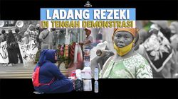 Kisah Pahit Manis Pedagang Keliling di Tengah Orasi Massa