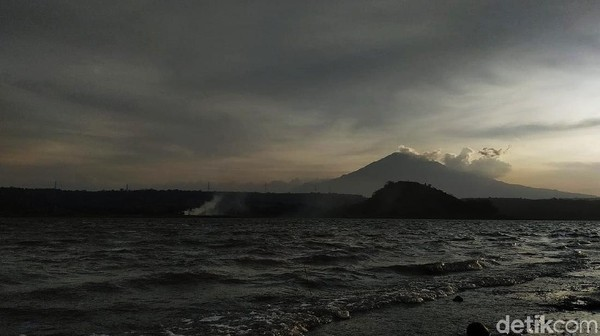 Bagi traveler yang berdomisili di Kabupaten Cirebon dan sekitarnya, waduk yang satu ini tentu bisa jadi rekomendasi untuk kamu kunjungi. Murah meriah, terbuka dan aman.