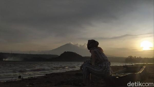 Sempat kolaps diterjang pandemi, kini wisata di Kabupaten Cirebon mulai bangkit. Di sana ada destinasi wisata yang diburu pecinta senja, apalagi kalau bukan Waduk Setupatok.