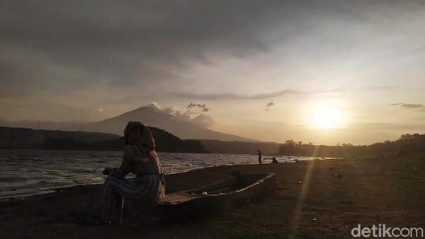 Salah satu waduk terbesar di Cirebon ini memang menyuguhkan senja dengan latar belakang Gunung Ciremai. Cantik kan?