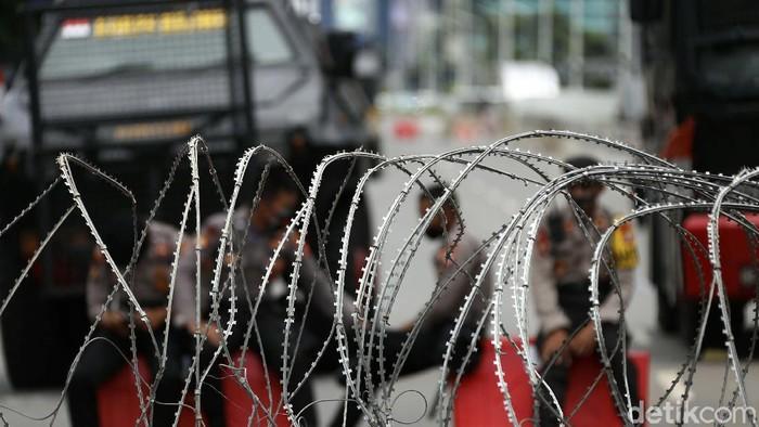 Polisi memperketat keamanan di depan Kedubes Prancis, Jl MH Thamrin, Jakarta Pusat. Jl MH Thmarin dari arah Patung Kuda ke Bundaran HI ditutup pagar kawat berduri.