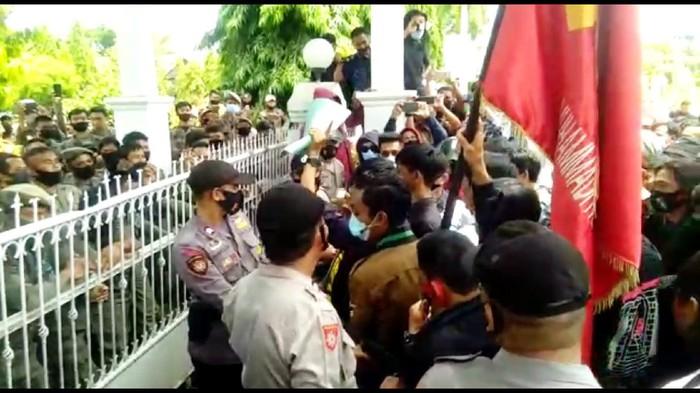 Aksi mahasiswa di Kabupaten Bone, Sulsel sempat diwarnai kericuhan.