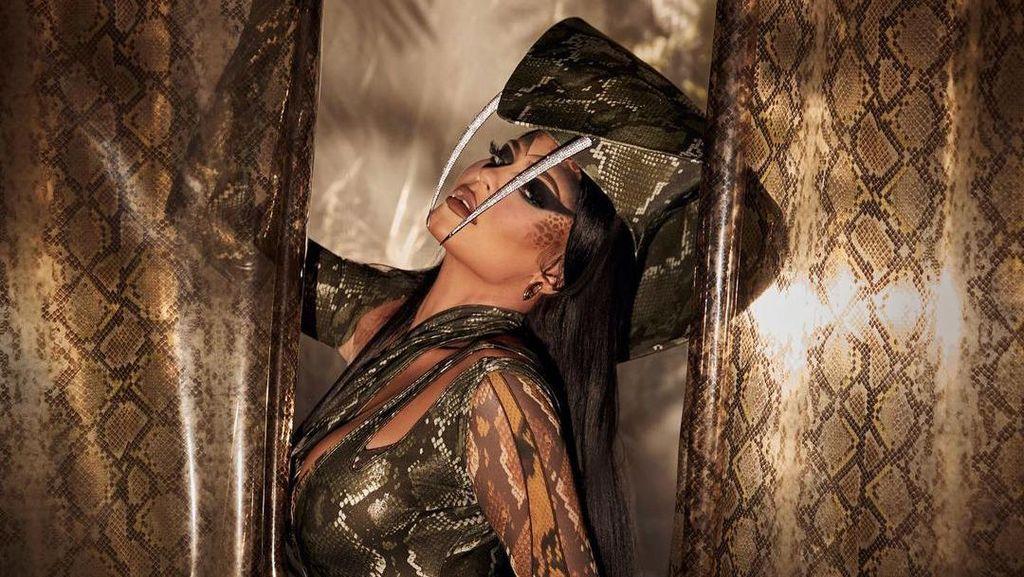 Seksinya Kylie Jenner Bak Ratu Ular di Halloween 2020
