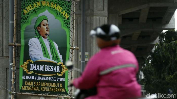 Kabar kepulangan Habib Rizieq Shihab disambut warga lewat pemasangan baliho. Baliho berukuran besar ini terpasang di beberapa ruas jalan di Jakarta.