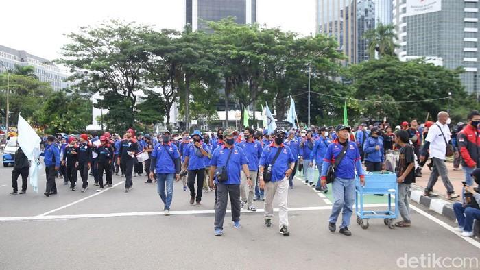 Sejumlah buruh massa aksi membubarkan diri usai mengajukan gugatan tolak Omnibus Law UU Cipta Kerja ke Mahkamah Konstitusi, Senin (2/11/2020).