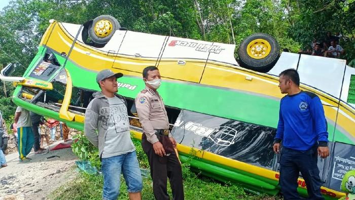 Bus terbalik di kawasan wisata Chinangkiak, Danau Singkarak, Kabupaten Solok, Sumatera Barat (Sumbar). Akibatnya, 15 orang mengalami luka-luka dan 1 balita dirujuk ke Padang.