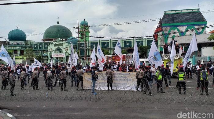 demo buruh di depan dp