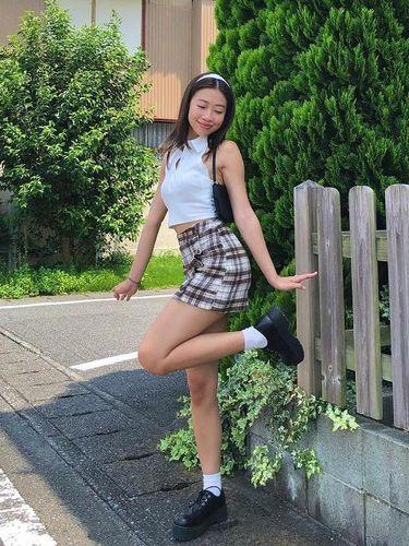 Tren pose yang populer di Instagram, Foot Pop.
