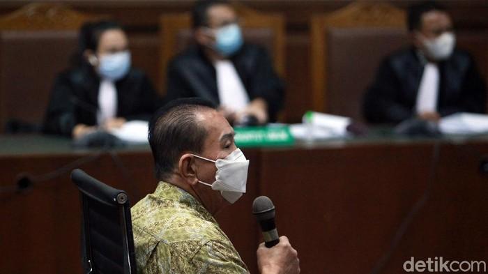 Jaksa mendakwa Djoko Tjandra memberi suap 2 jenderal Polri berkaitan dengan menghapus status buron Djoko Tjandra. Ia didakwa bersama rekannya, Tommy Sumardi.