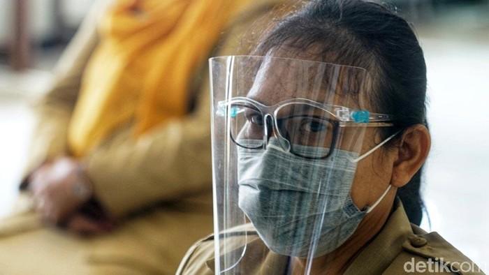 Para guru SMP Negeri 4 Surakarta melakukan rapid test. Rapid test dilakukan sebelum sekolah tersebut melakukan uji coba pembelajaran tatap muka.