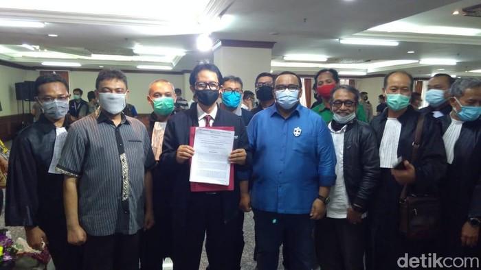 KSPI dan KSPSI mengantarkan surat buruh menggugat ke MK terkait penolakan atas omnibus law UU Cipta Kerja (Adhyasta Dirgantara/detikcom)