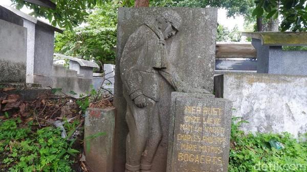 Di Ereveld Pandu ada juga makam menarik lainnya yaitu makam Sang Pilot. Di makam ini disertai gambar seseorang berpakaian pilot dan helm yang sedang menundukkan kepala sambil memegang batu nisan. (Siti Fatimah/detikcom)
