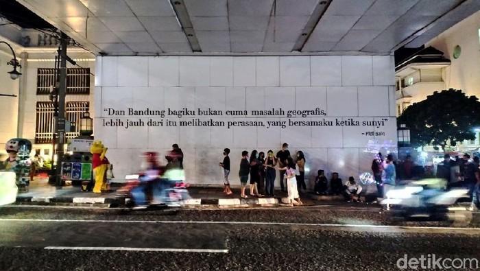 Suasana alun-alun di Kota Bandung yang berada di sepanjang Jalan Asia Afrika hingga Jalan Braga makin malam makin terlihat ramai dan dipadati oleh wisatawan.