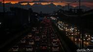 Jakarta Diguyur Hujan, Lalu Lintas Macet Parah!