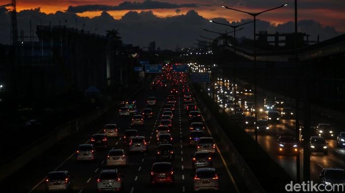 Masa libur panjang segera berakhir. Situasi arus lalu lintas di ruas jalan tol Jakarta-Cikampek, dari arah Cikampek menuju jakarta mengalami kemacetan panjang.